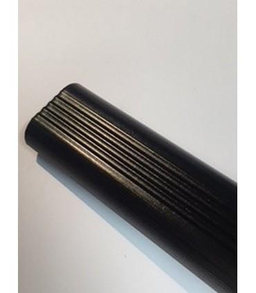 Tube de penderie décoratif en aluminium strié.